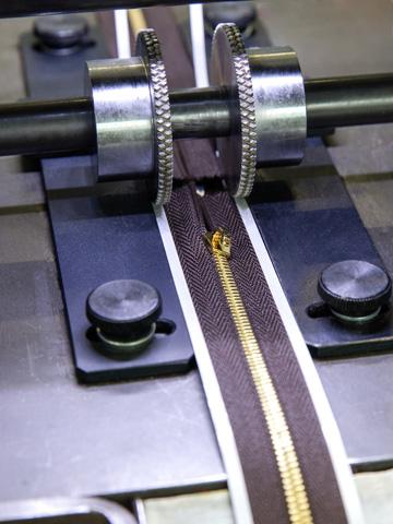 Action d'adhésiver un produit en automatique